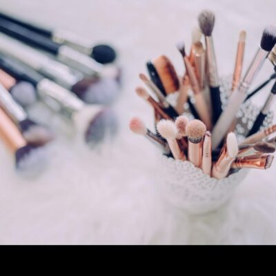 Must-have items in a makeup artist kit